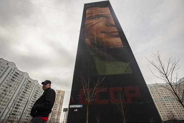 Mural z podobizną Gagarina na 19-piętrowym wieżowcu w rosyjskiej miejscowości Odincowo /Sergei Ilnitsky /PAP/EPA