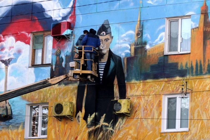 Mural z podobizną Władimira Putina na jednym z budynków w Sewastopolu /AFP