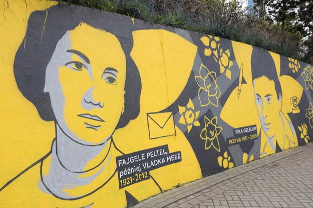 Mural z wizerunkiem dziewięciu żydowskich kobiet przy stacji metra Centrum w Warszawie, /Paweł Supernak /PAP