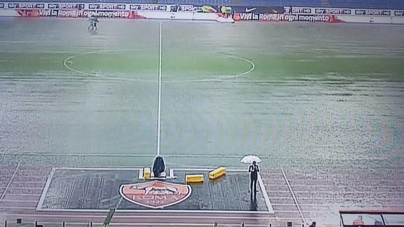 Murawa Stadio Olimpico całkiem zalana. /INTERIA.PL