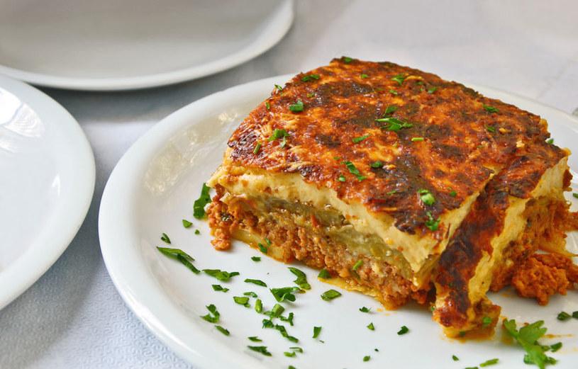 Musaka to zapiekanka z mięsa mielonego i bakłażanów, popularna w kuchni greckiej /123RF/PICSEL