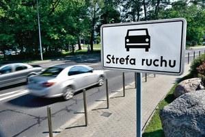 MUSISZ PRZESTRZEGAĆ WSZYSTKICH ZAPISÓW KODEKSU RUCHU W strefie ruchu kierowców obowiązują nie tylko znaki drogowe, ale także wszelkie zapisy z kodeksu ruchu drogowego. /Motor