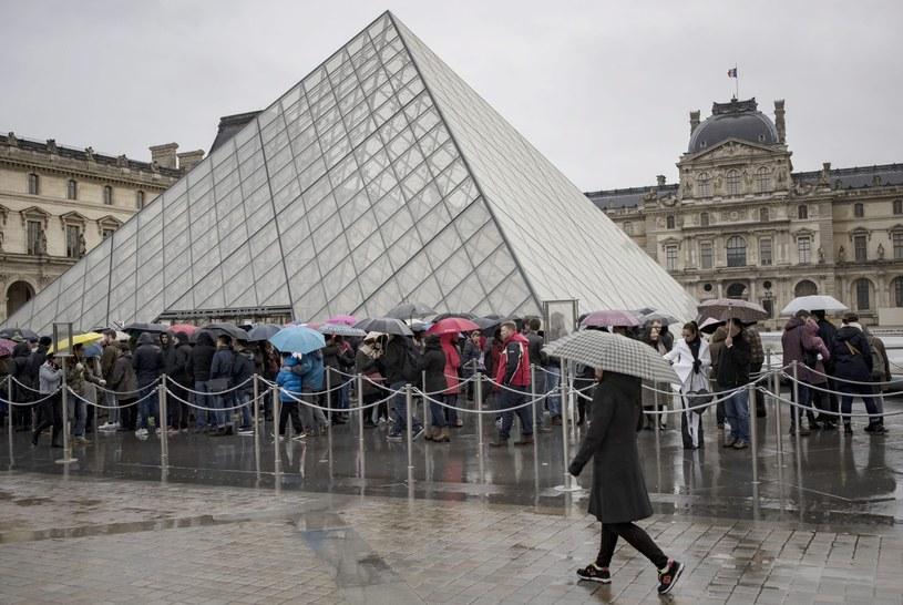 Muzeum było zamknięte przez mniej niż 24 godziny. Od rana oczekiwał tam tłum zainteresowanych zwiedzaniem /PAP/EPA