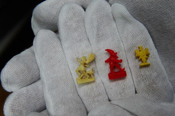 Miniaturowe rzeźby wykonane przez więźniarki w obozie Ravensbrueck z uchwytów szczoteczek do zębów