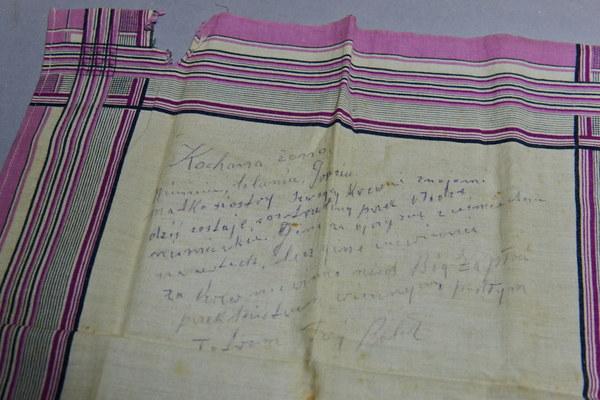 Chusteczka do nosa, na której poseł II RP Bolesław Wnuk napisał do rodziny list pożegnalny na dzień przed rozstrzelaniem przez Niemców w czerwcu 1940 r.