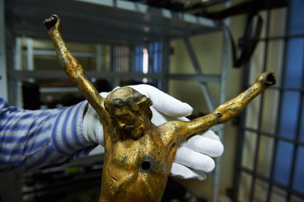 Figurka ukrzyżowanego Chrystusa pochodząca z jednego z kościołów na Śląsku, przestrzelona przez żołnierza sowieckiego w 1945 roku