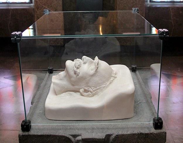 Muzeum Narodowe w Kielcach - rzeźba maski pośmiertnej Marszałka wykonana z alabastru - w 1990 r. zaginiony oryginał zastąpiono gipsową kopią. / Piotr Polak    /PAP