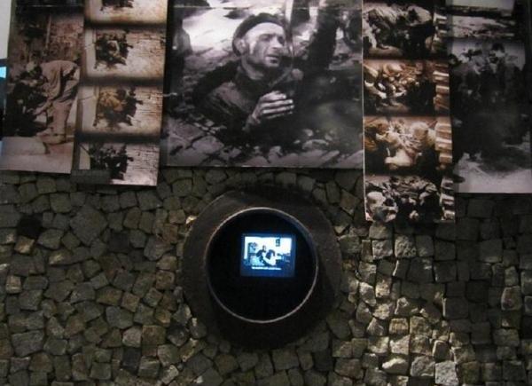 Muzeum Powstania Warszawskiego - monitory, na których można zobaczyć archiwalne nagrania /Ewelina Karpińska-Morek /INTERIA.PL