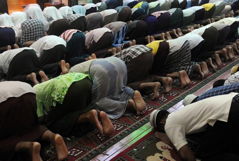 Muzułmanie modlący się na rozpoczęcie ramadanu /Soe Than WIN / AFP /AFP