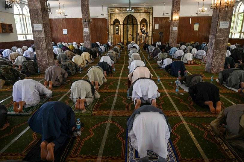 Muzułmanie modlący się w meczecie w dzielnicy Wazir Akbar Khan w Kabulu. /Wakil KOHSAR /AFP