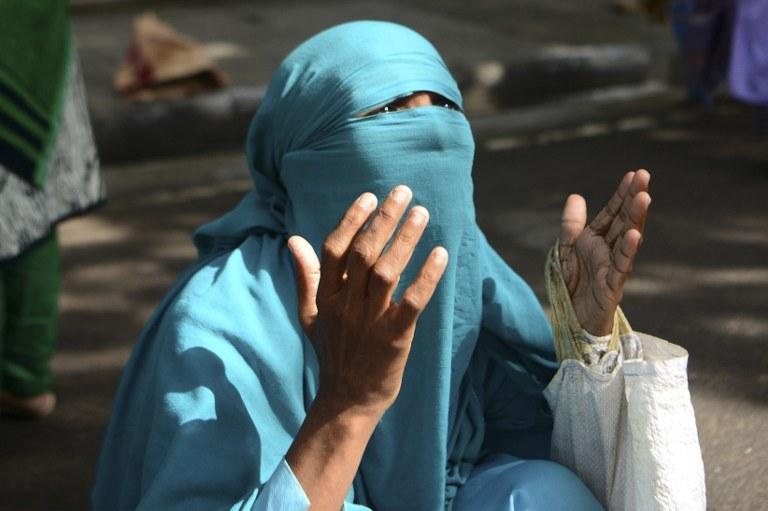 Muzułmanka modli się po atakach w Dhace /STR / APF / AFP /AFP