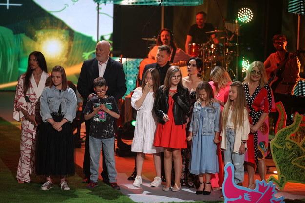 Muzycy Majka Jeżowska (P), Ania Wyszkoni (3P), Renata Przemyk (5P), Rafał Brzozowski (7P), Ryszard Rynkowski (4L) i Michał Szpak (L) oraz uczestnicy konkursu: Karolina Bajer (2P), Aurelia Radecka (4P), Weronika Bartczak (6P), Nikola Jodko (8P), Szymon Prokop (3L) i Andżelika Guściora (2L) podczas finału festiwalu Zaczarowanej Piosenki w Centrum Kongresowym ICE Kraków