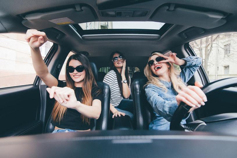 Muzyka wpływa zarówno na nastrój kierowcy, jak i pasażerów /123RF/PICSEL