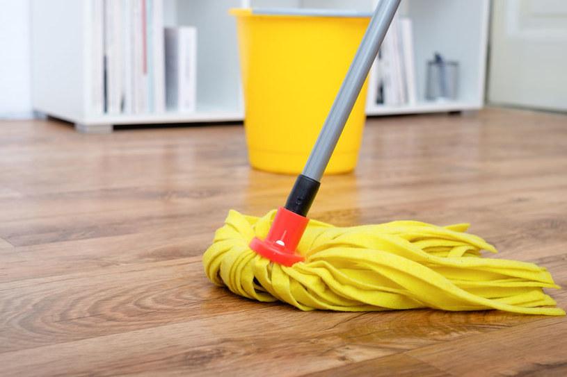 Mycie drewnianej podłogi /©123RF/PICSEL