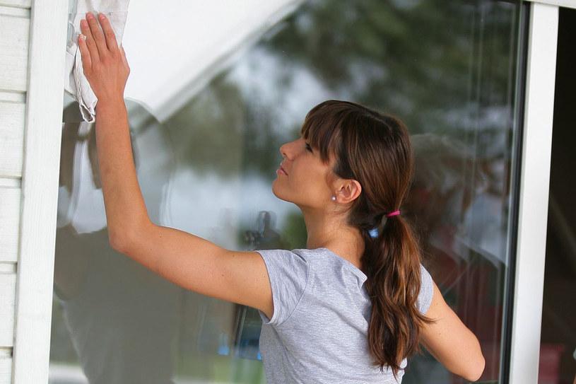 Mycie okien może nie być przykrym obowiązkiem. Spróbuj sposobów na domowe środki czyszczące /123RF/PICSEL