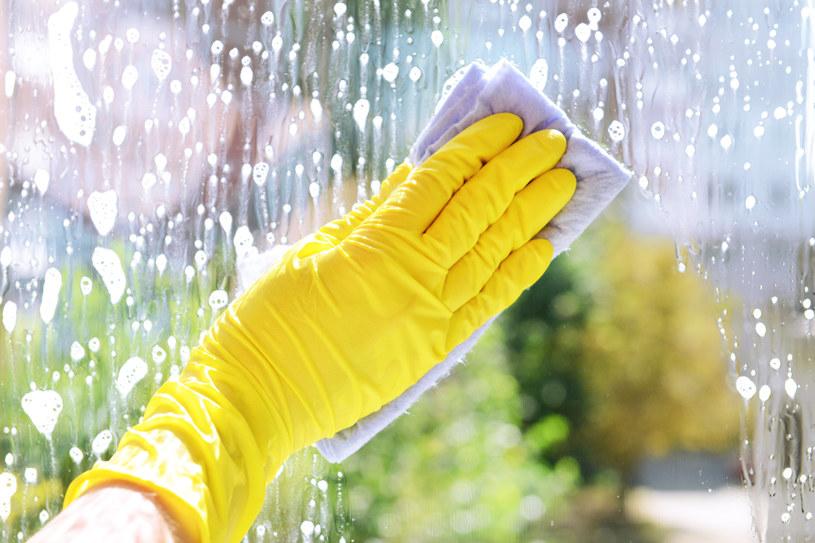 Mycie okien nie musi być udręką: Można to zrobić szybko i skutecznie /123RF/PICSEL