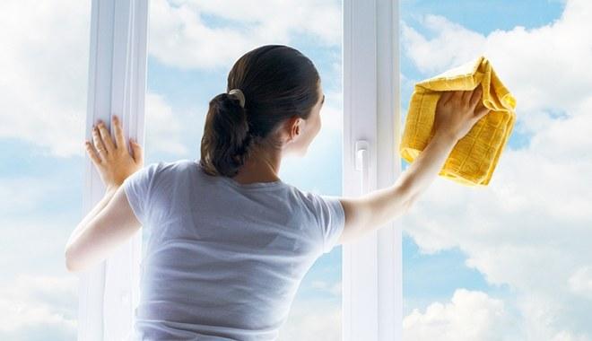 Mycie okien wódką /© Photogenica