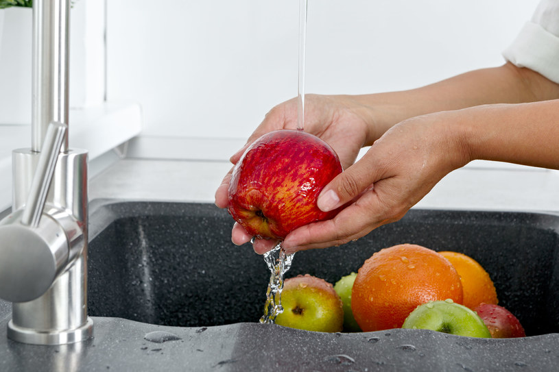 Mycie owoców samą wodą nie wystarczy /123RF/PICSEL