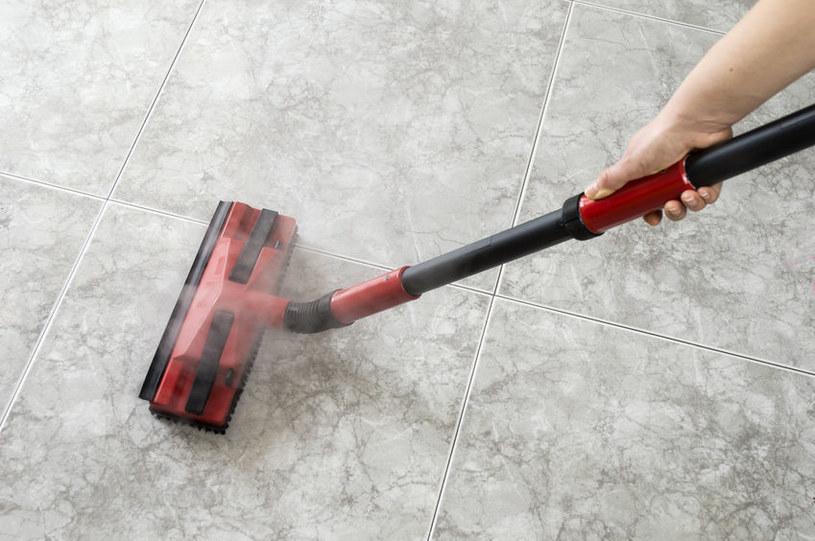Mycie podłogi /©123RF/PICSEL