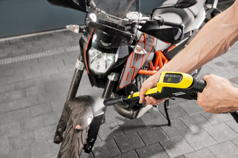 Mycie pojazdów musi być delikatne, a moc ciśnienia kontrolowana. Do rowerów, samochodów, motocykli wybierz sprzęt z linii Power Control /materiały promocyjne