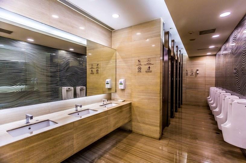 Mycie rąk jest podstawową zasadą korzystania z publicznych toalet /123RF/PICSEL