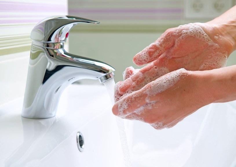 Mycie rąk jest podstawowym zabiegiem higienicznym, który ma nas chronić przed groźnymi bakteriami chorobotwórczymi /123RF/PICSEL