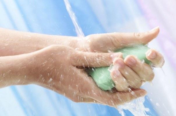 Mycie rąk po toalecie /© Photogenica