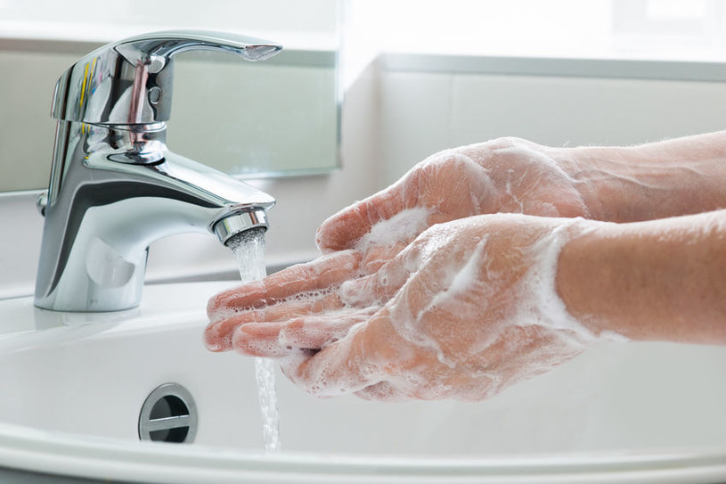 Mycie rąk szarym mydłem /©123RF/PICSEL