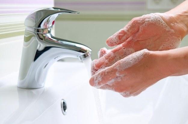 Mycie rąk w ciepłej wodzie może być szkodliwe dla zdrowia /123RF/PICSEL