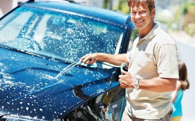 Mycie samochodu raz w miesiącu /© Photogenica