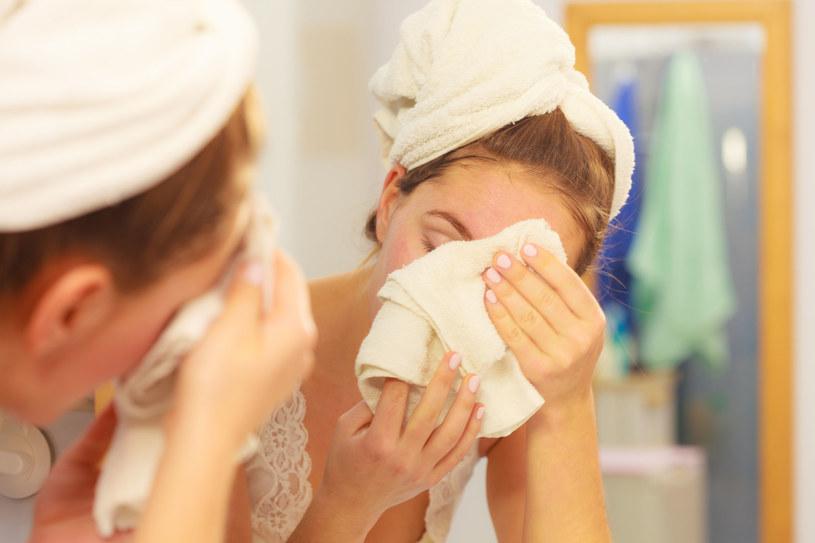 Mycie twarzy metodą OCM ma coraz więcej fanów /123RF/PICSEL