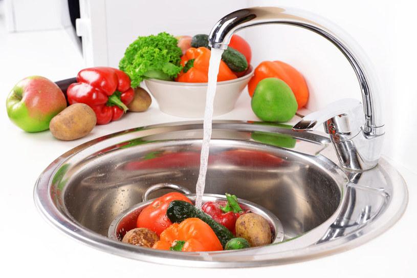 Mycie warzyw i owoców /©123RF/PICSEL