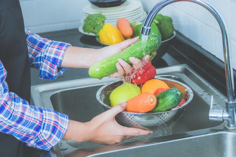 Mycie warzyw jest kluczowe, aby były zdrowe /123RF/PICSEL