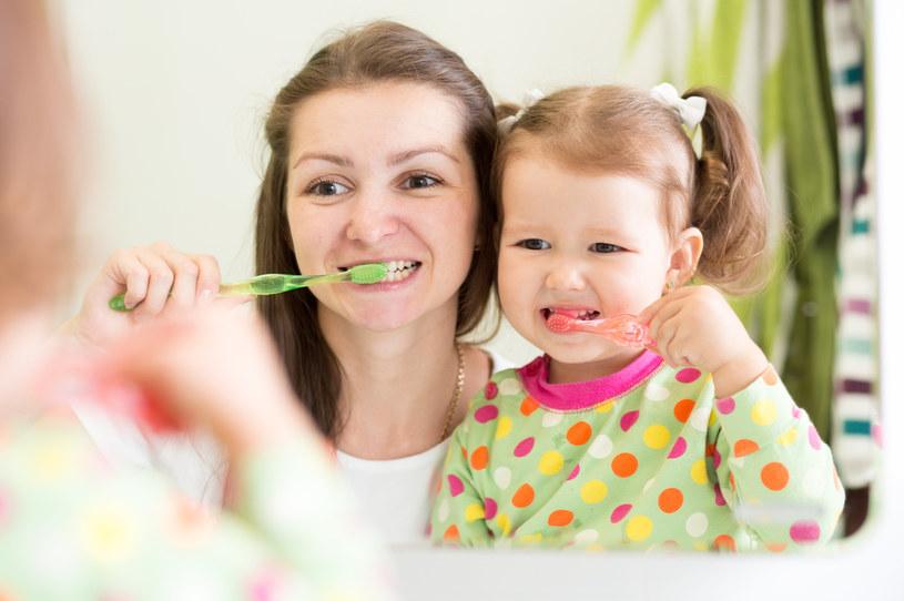 Mycie zębów będzie o wiele bardziej skuteczne /123RF/PICSEL