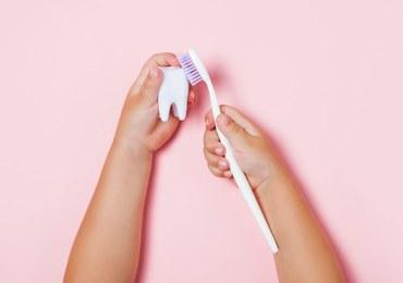 Mycie zębów dla opornych. Porady naszego eksperta