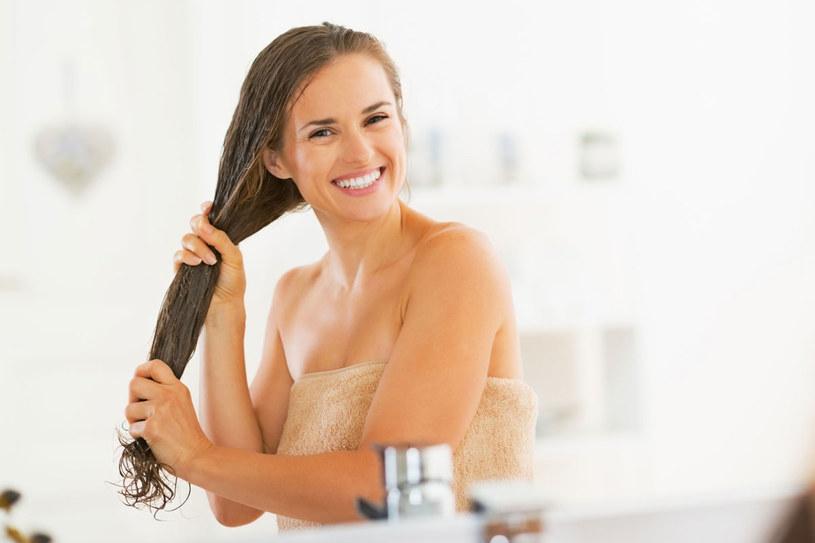 Myj włosy dwa razy. Pierwsze mycie usuwa resztki produktów stylizacyjnych, drugie pozwala składnikom odżywczym wniknąć we włókna włosów /123RF/PICSEL
