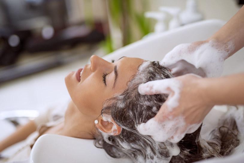 Myj włosy letnią wodą. Zbyt ciepła wypłukuje kolor farby /123RF/PICSEL