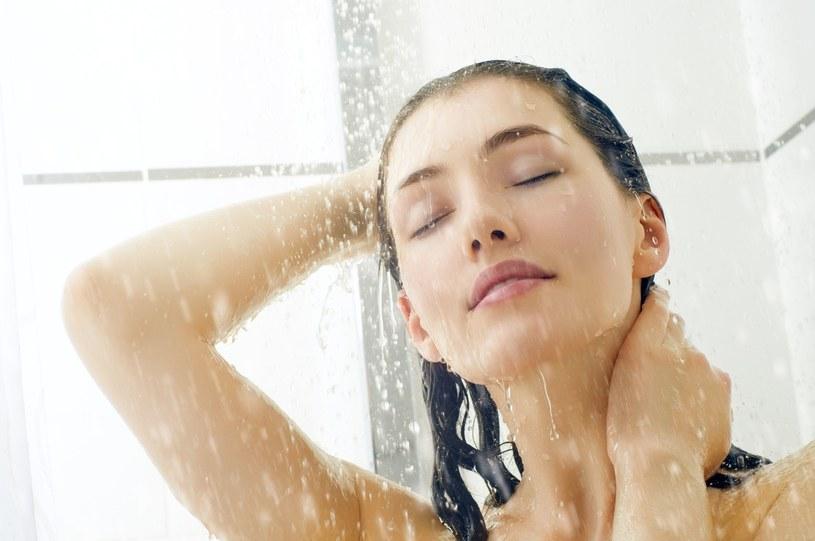 Myjąc ciało pod prysznicem lub w wannie – nawilżaj. Dlatego wybierz do kąpieli i pod prysznic preparaty z olejkiem /123RF/PICSEL