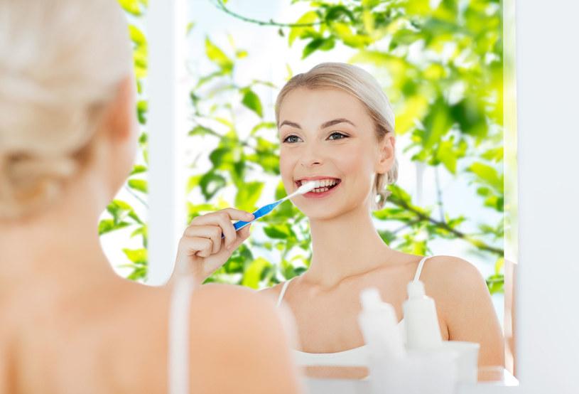 Myjąc zęby nie zapominaj o dziąsłach /123RF/PICSEL