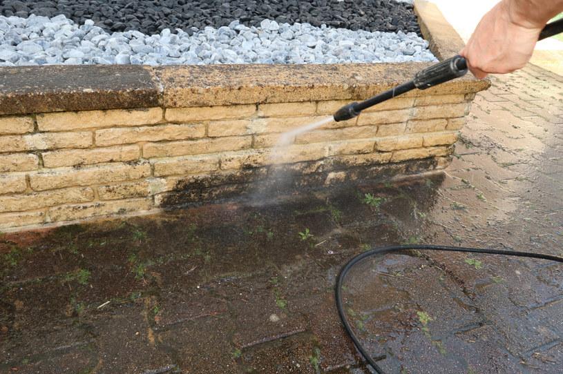 Myjka ciśnieniowa jest bardzo prostym i skutecznym sposobem na czyszczenie elewacji /123RF/PICSEL