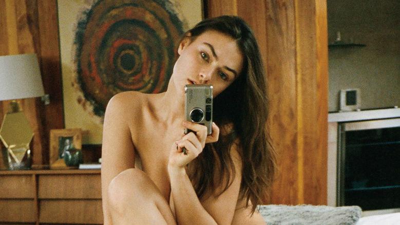Myla Dalbesio dla Playboya sfotografowała się sama /playboy.com /materiały prasowe