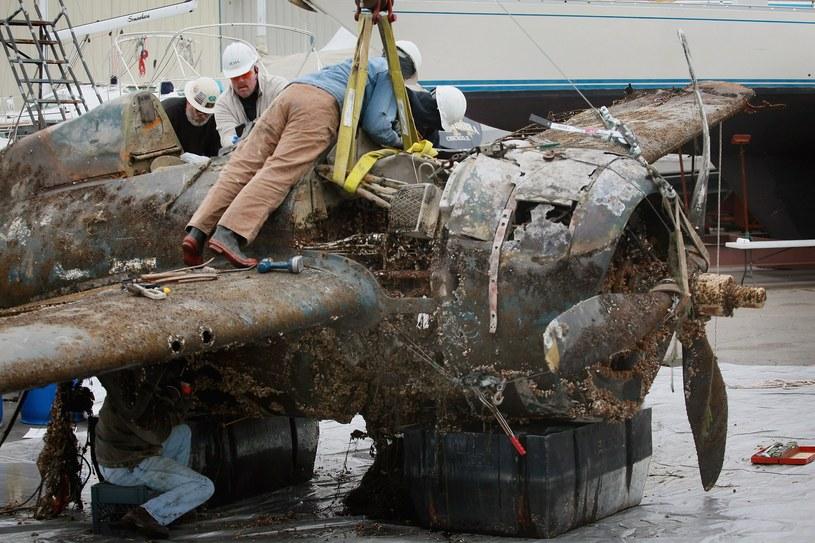 Myśliwiec pokładowy FM-2 po wydobyciu z Jeziora Michigan /Getty Images/Flash Press Media