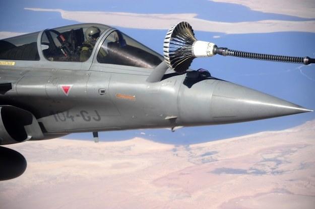 Myśliwiec tankuje w powietrzu /AFP