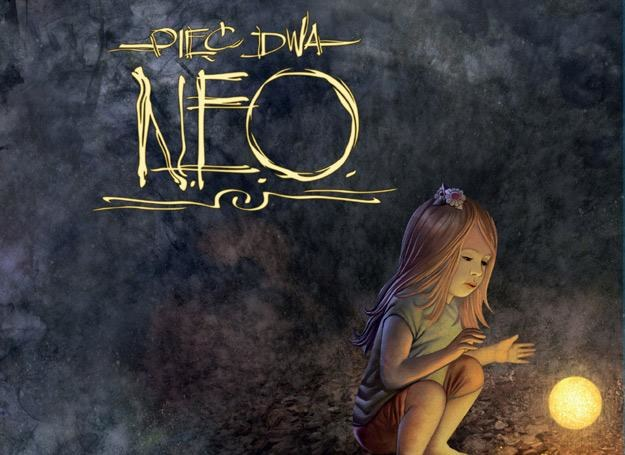 """""""N.E.O"""" Pięć Dwa wzbogaca, zaskakuje, ale też frustruje, nuży i irytuje /"""