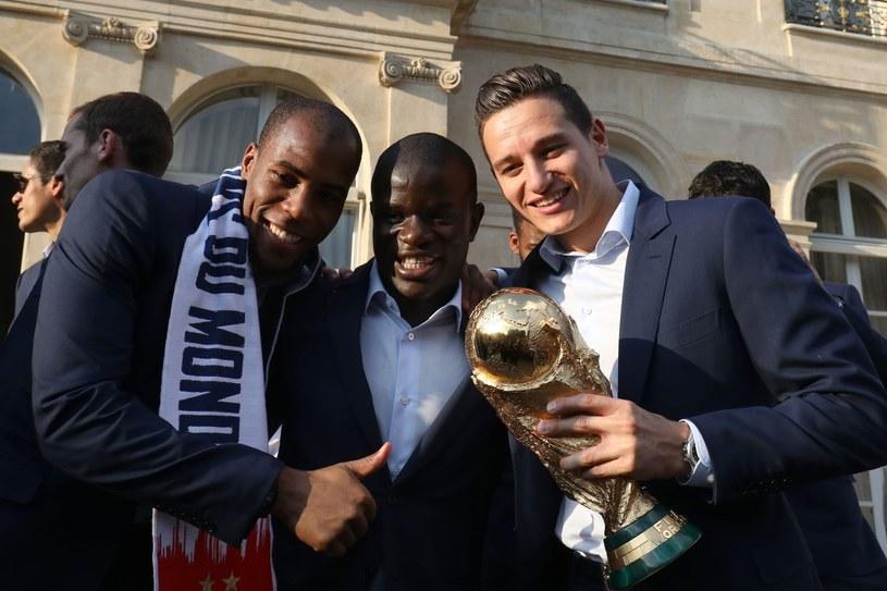 N'Golo Kante (w środku) z kolegami z kadry, Sidibe i Thauvinem /AFP