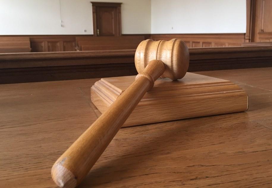 Na 12 lat więzienia i 15-letni zakaz kontaktowania się z własnymi dziećmi skazał łódzki sąd 35-latka, który wykorzystywał seksualnie córkę, a synowi pokazywał pornografię (zdjęcie ilustracyjne) /Kuba Kaługa /RMF FM