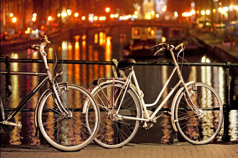 Na amsterdamskich mostach możnaa zostawiać rowery na noc /123RF/PICSEL