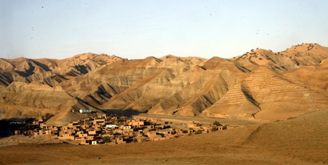 Na archiwalnym zdjęciu wieś w zagrożonym lawinami błotnymi regionie Badachszan /PAP/EPA /PAP/EPA