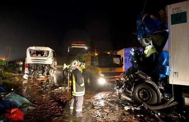 Na autokar wiozący gimnazjalistów na wycieczkę do Londynu najechała polska ciężarówka /PAP/EPA