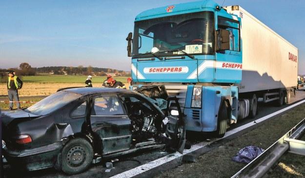 Na autostradzie A1 kierowca Hondy poruszając się pod prąd wjechał w ciężarówkę – zginęły 3 osoby, a trzech kolejnych pasażerów odniosło obrażenia. /Motor